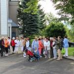 Chórzyści przed kościołem w Bystrzycy